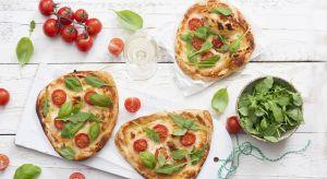 Minipizza to nie tylko smaczna przekąska dla dorosłych, ale również doskonała dla małych smakoszy, którzy oprócz zajadania, mogą z łatwością własnoręcznie przygotować ten włoski przysmak.
