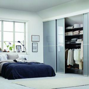 Zabudowa wnęki w sypialni to bardzo efektowne i funkcjonalne rozwiązanie. Fot. Elfa