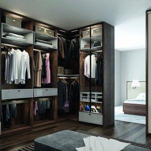 Rozwiązanie do dużych pomieszczeń – rolę szafy może spełnić obszerna garderoba. Fot. Komandor