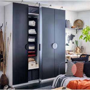 Szafy wolno stojące nie tracą na popularności. Na zdjęciu: szafa Pax Tanem firmy IKEA. Fot. IKEA