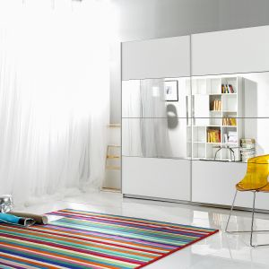 Elementy lustrzane na frontach szafy optycznie powiększają wnętrze. Na zdjęciu: szafa Beta marki Helvetia. Fot. Helvetia