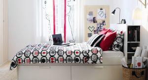 Pojemniki na pościel, szerokie zagłówki połączone z szafkami nocnymi, ledowe oświetlenie, półki, ławeczki…Dziś łóżka coraz częściej łączą w sobie kilka elementów, dzięki czemu stają się wielofunkcyjnymi, komfortowymi meblami.