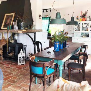 Salon z częścią kuchenną jest połączony zaprojektowanym przez architektkę długim stołem, który formą nawiązuje do starych prowansalskich mebli.  Projekt: Karolina Suszczyńska - architekt wnętrz, właściciel Formika Studio. Fot.  Formika Studio