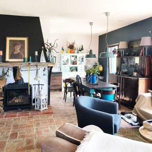 Projekt był realizowany dla klienta, któremu zależało, aby w nowo wybudowanym domu zachować sielski klimat, wpisujący się w rdzenny wiejski kontekst otoczenia. Projekt: Karolina Suszczyńska - architekt wnętrz, właściciel Formika Studio. Fot.  Formika Studio