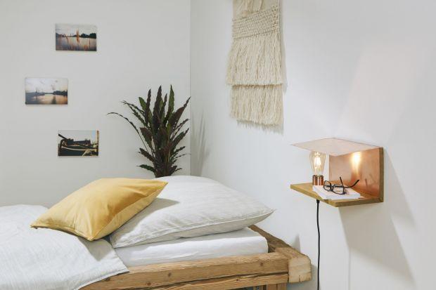 Drobne zmiany we wnętrzach mogą zdziałać cuda. Jeśli szukasz pomysłu na szybką noworoczną metamorfozę sypialni, przedstawiamy instrukcję, jak wykonać efektowną lampkę nocną.