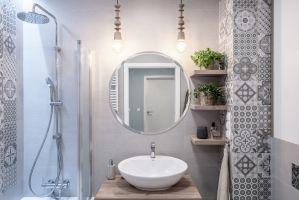 W łazience i osobnej toalecie dominuje funkcjonalność oraz naturalność sprzyjająca wyciszeniu. Projekt: Pracownia KODO Projekty i Realizacje. Fot. KODO