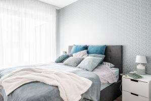 Turkus w swojej delikatniejszej wersji ma działanie kojące i wyciszające, stąd z powodzeniem może być stosowany w takich pomieszczeniach, jak sypialnia. Projekt: Pracownia KODO Projekty i Realizacje. Fot. KODO