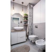 Projektantki postawiły na szarość, pozostawiając właścicielom możliwość ożywienia łazienki za pomocą turkusowych dodatków i tekstyliów. Projekt: Pracownia KODO Projekty i Realizacje. Fot. KODO