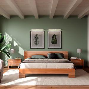 Proste i minimalistyczne łóżko Venga wykonane z drewna wraz z pasującymi do niego stoliczkami nocnymi oraz szafą. Fot. Maxfliz