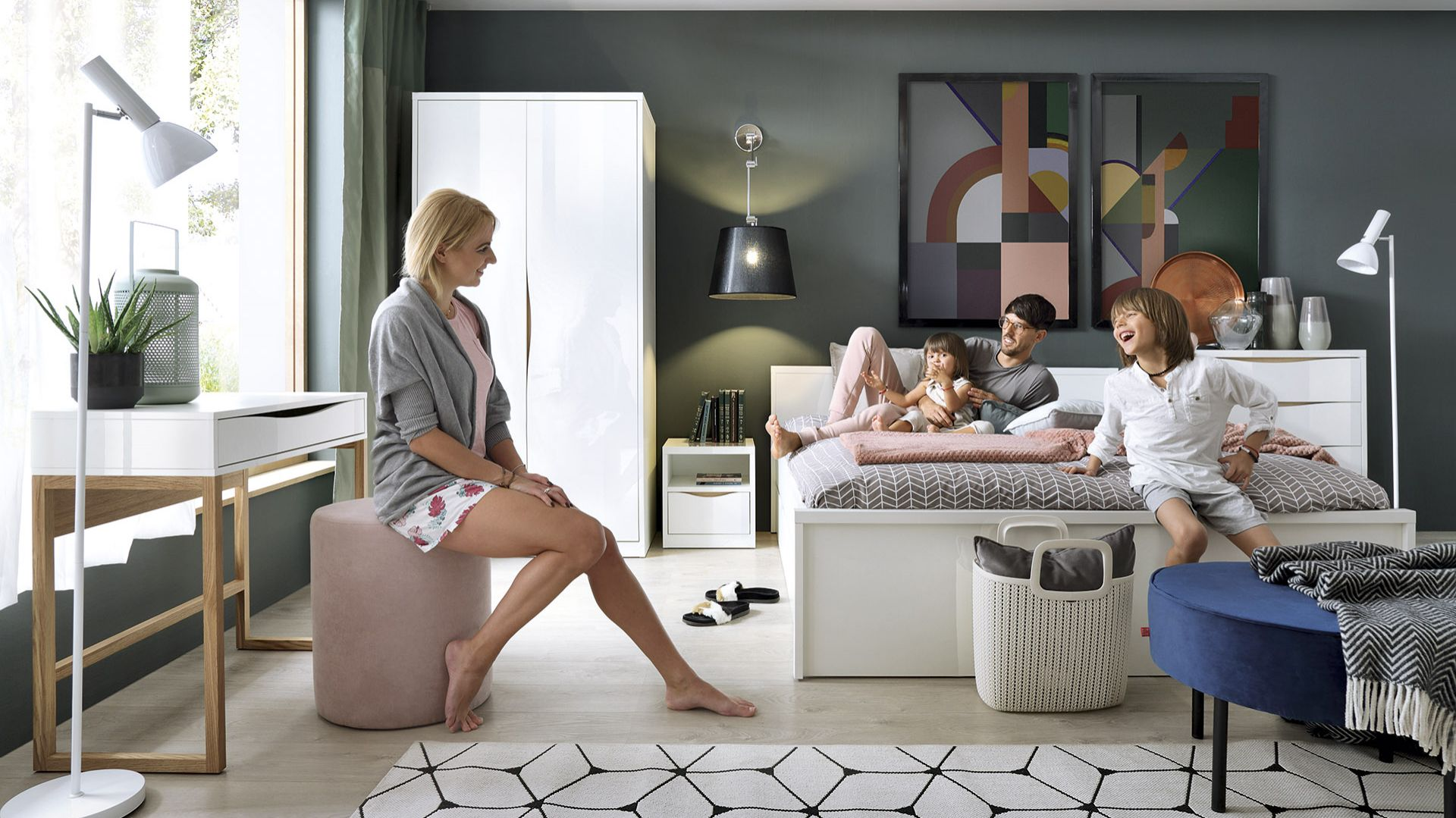 W kolekcji Pori dwuosobowe łóżko z zagłówkiem i szufladą na pościel, stoliki nocne na kółkach, szafa oraz komoda. Fot. Black Red White