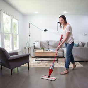 Podłogi utrzymane w czystości: mop ze spryskiwaczem Spray & Clean. Fot. Vileda