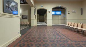 Zespół zabytkowych budynków dworca kolejowego w Starogardzie Gdańskim przeszedł kompleksową przebudowę i odzyskał dawną świetność.W głównym budynku urządzono poczekalnie, kasy i toalety. W holu, tam gdzie było to możliwe, zachowano hist