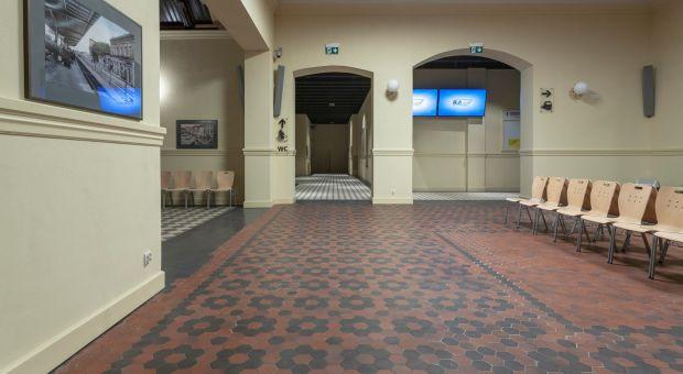 Współczesne posadzki w zabytkowym budynku - zobacz odrestaurowane wnętrze dworca w Starogardzie Gdanskim