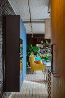 Projektanci zachowali w mieszkaniu tyle oryginalnych elementów, ile było to możliwe. Projektanci: Przemysław Nowak, Lech Moczulski (Mili Młodzi Ludzie). Zdjęcia: Janina Tyńska