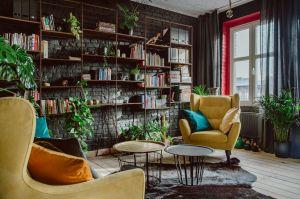 Aby to, co wewnątrz było także spójne z tym, co na zewnątrz – wnęki okienne w mieszkaniu wykończono czerwoną farbą – dokładnie taką, jaką pokryte są glify na zewnątrz budynku. To właśnie z tej czerwieni słynie Nikiszowiec. Projektanci: Przemysław Nowak, Lech Moczulski (Mili Młodzi Ludzie). Zdjęcia: Janina Tyńska