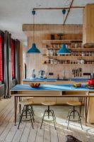 Konstrukcja kryje w sobie nie tylko część kuchni, ale także łazienkę oraz pomieszczenie gospodarcze. Projektanci: Przemysław Nowak, Lech Moczulski (Mili Młodzi Ludzie). Zdjęcia: Janina Tyńska