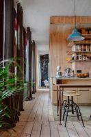 Stara sosnowa deska na podłodze została wycyklinowana i wykończona ługiem. Projektanci: Przemysław Nowak, Lech Moczulski (Mili Młodzi Ludzie). Zdjęcia: Janina Tyńska