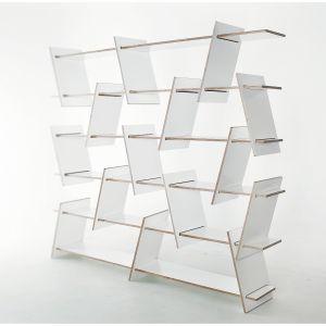 Skośne przekładki i niewyrównane półki, z których zbudowany jest regał Italic Shelf mogą być montowane na wiele różnych sposobów, zapewniając szerokie możliwości aranżacyjne. Fot. Nowymodel.org