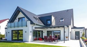 Pokrycie dachu zwykle determinuje wybór barwy i materiału, którym będzie wykończona elewacja oraz pozostałe elementy bryły naszego domu. Paleta kolorów i rozwiązań, które możemy zastosować na połaci jest stosunkowo ograniczona.
