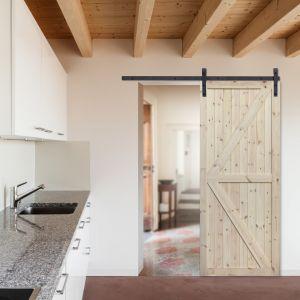Drzwi suwane, surowe z linii Loft marki Radex. Fot. 4iQ