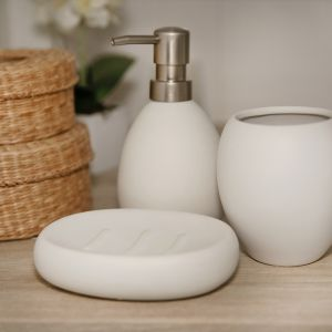 Ceramiczne akcesoria łazienkowe w kolekcji Ruben. Fot. Galicja dla Twojego Domu