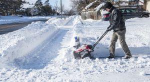 Zima nie powiedziała jeszcze ostatniego słowa. Warto więc wyposażyć się w odpowiedni sprzęt, który pozwoli nam szybko i skutecznie usunąć śnieg zalegający na wjazdach do naszych posesji, a także na chodnikach przed nimi.