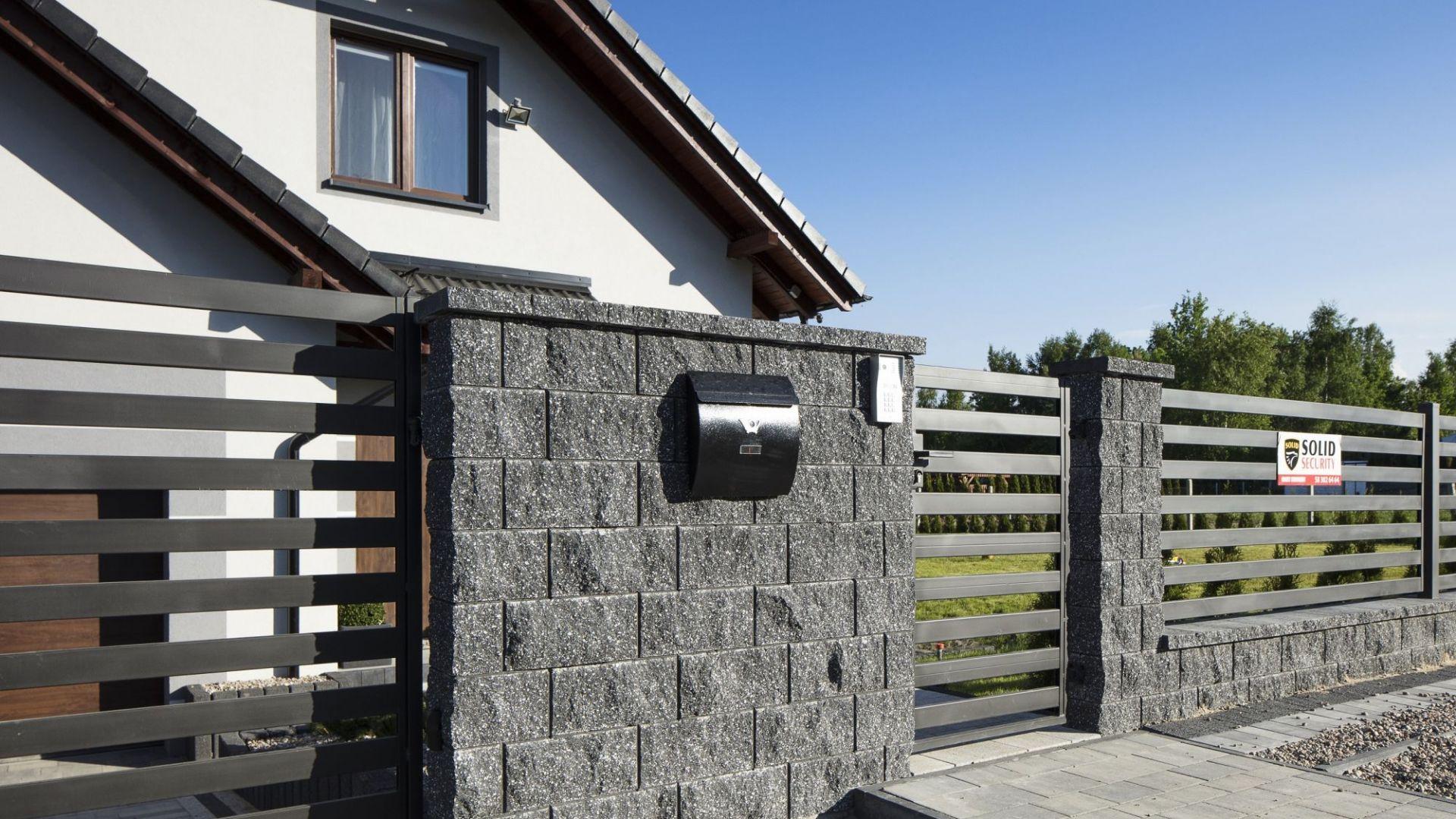 Murowane ogrodzenie. Fot. Polbruk