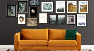 Mieszkanie powinno przede wszystkim odzwierciedlać charakter i opowiadać historię domowników. Pomoże w tym własna minigaleria na ścianie. Sprawdź, jak stworzyć autorską aranżację zdjęć, grafik lub obrazów.