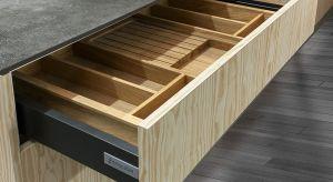 Wymieniając meble kuchenne warto zwrócić uwagę na takie elementy jak zawiasy i podnośniki. Dlaczego? Nie tylko zapewniają nam komfort obsługi szafek i szuflad ale również pozawalają zachować w kuchni…ciszę.