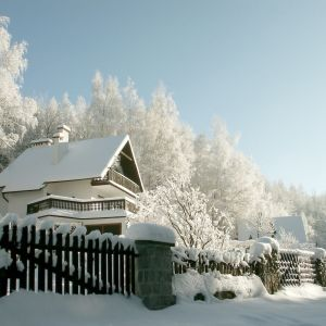 Odśnieżanie wokół domu - poznaj proste sposoby. fot. Shutterstock