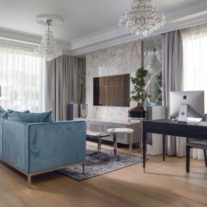 W sercu salonu stanęła błękitna sofa z aksamitnym obiciem. Projekt: Agnieszka Hajdas-Obajtek. Fot. Wojciech Kic