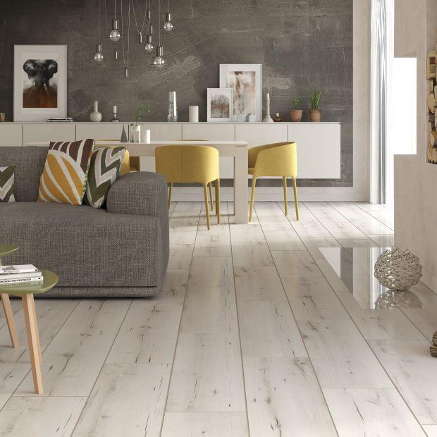 Podłoga w salonie - parkiet, panele albo gres