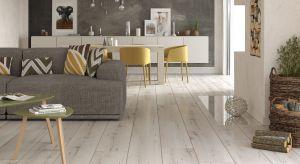 Jaki materiał na podłogę sprawdzi się najlepiej w salonie? Do wyboru klasyczne okładziny lub te nowoczesne, doskonale imitujące naturalne materiały.