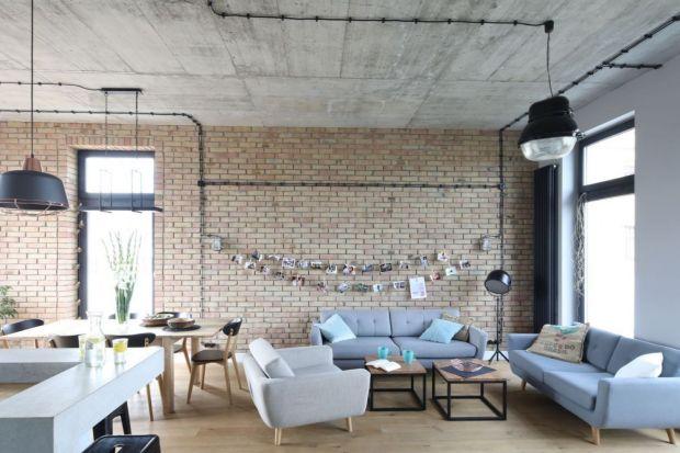 Ściany w salonie - 12 projektów z modną cegłą