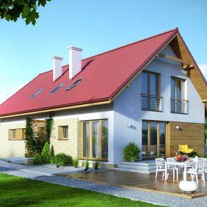 W tym klasycznym domu o prostej bryle z dwuspadowym dachem taras naziemny wykończony drewnem stanowi idealną ozdobę. Projekt: Amarylis 2, Fot. MTM Styl