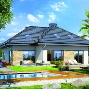 Dom z basenem w naturalny sposób narzuca wkomponowanie tarasu jako strefy wypoczynku. Projekt: Dom z tawułach, Fot. Archon +