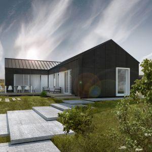 Ciemny odcień bryły domu doskonale przełamano bielą mebli ogrodowych. Fot. Genero