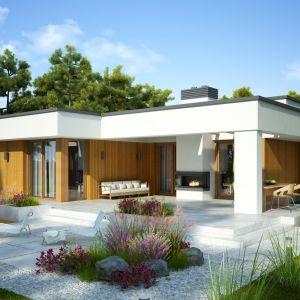 Urządzając taras warto pomyśleć, by korzystanie z tej dodatkowej przestrzeni mieszkalnej było możliwe niezależnie od pogody. Projekt: Ontario. Fot. Dobre Domy