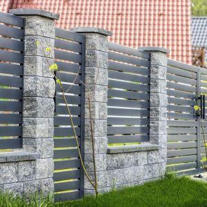 Szeroki wybór ogrodzeniowych bloczków betonowych daje wiele możliwości aranżacyjnych. Fot. Joniec
