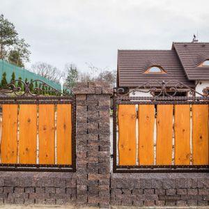 Zwolennicy materiałów betonowych mogą wybierać wśród minimalistycznych, prostych bloczków, subtelnie postarzanych kostek oraz imitacji naturalnego kamienia. Fot. Libet