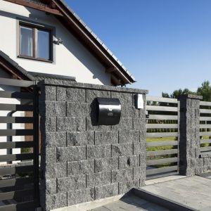 Ogrodzenia z kostek betonowych charakteryzuje wysoka wytrzymałość na negatywny wpływ czynników atmosferycznych. Fot. Polbruk