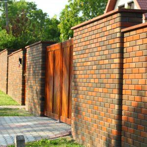 Pełne ogrodzenie z klinkieru zapewnia skuteczną barierą akustyczną. Fot. Wienerberger