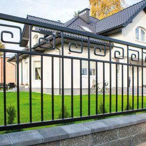 Metalowe segmenty nie tylko ułatwiają montaż ogrodzenia, są też pomocne w przypadku jego naprawy. Fot. Wiśniowski