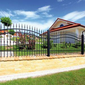 Wybierając ogrodzenie z metalu, możemy zdecydować się na wersje bardzo dekoracyjne. Fot. Wiśniowski