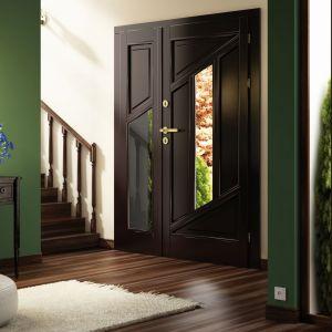 Wypełnienie drzwi Elegant stanowi pakiet szybowy antywłamaniowy z ciepłą ramką Termo TGI oraz panel termoizolacyjny ozdobny. Fot. Pol-Skone