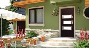 Jak wybrać idealne drzwi zewnętrzne? Optymalne rozwiązanie to drzwi posiadające doskonałe parametry cieplne, zapewniające ochronę przed hałasem oraz przed włamaniem. Powinny ponadto być funkcjonalne i estetyczne, dopasowane stylistycznie do elew