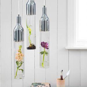 Żywe rośliny są najczęściej ozdobami, które w doniczkach lub wazonach stawiamy na szafkach, komodach, półkach czy parapetach. Nowoczesny skandynawski design może nas jednak zachęcić do bardziej oryginalnych rozwiązań. Fot. Markslöjd
