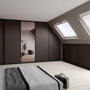 Producenci zabudowy i systemów przesuwnych do garderoby oferują dedykowane rozwiązania do pomieszczeń ze skosem. Fot. Raumplus