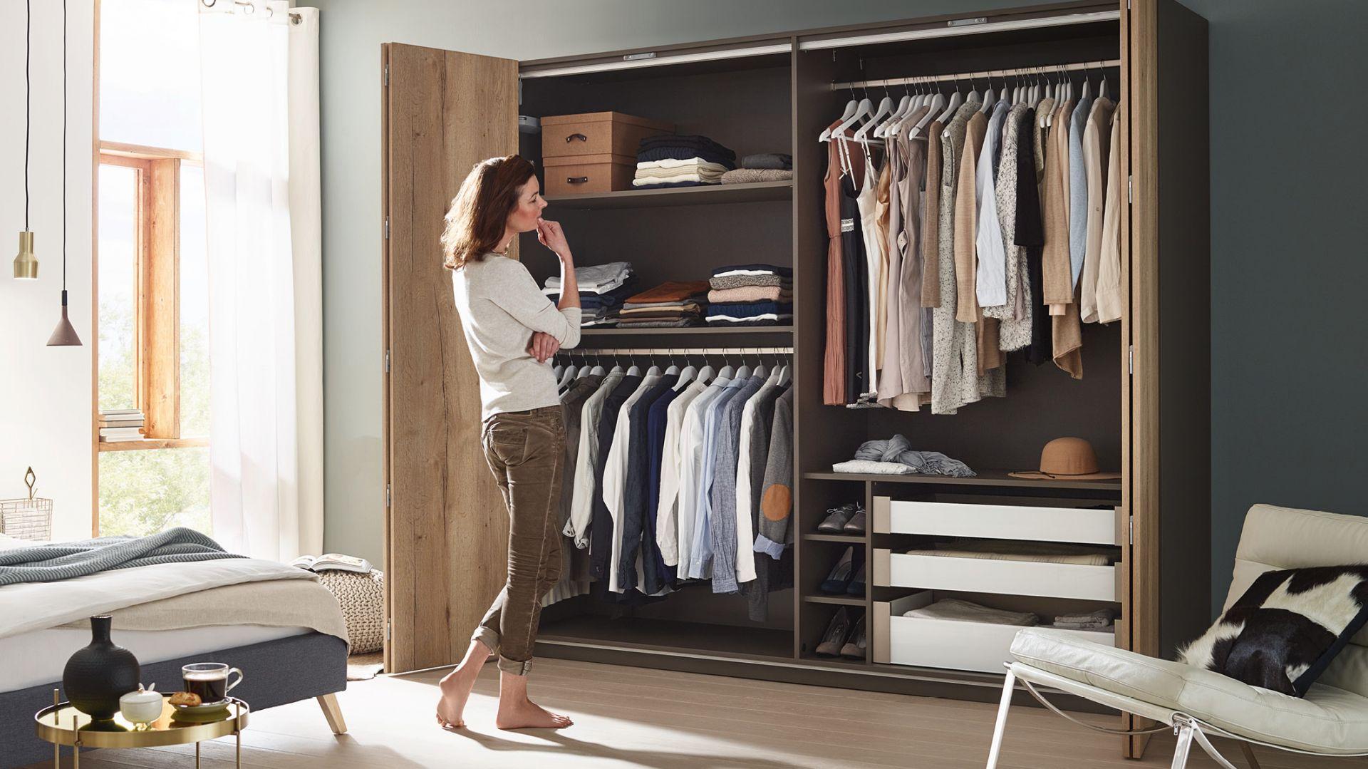 """System do drzwi składanych WingLine L pozwala jednocześnie odsłonić całe wnętrze szafy; podczas otwierania """"łamią się"""" na mniejsze fronty. Fot. Hettich"""