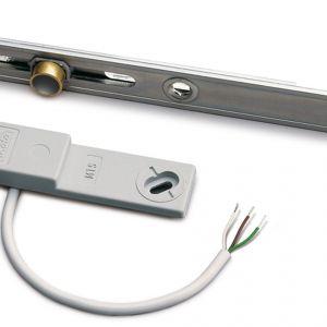Niewielki czujnik okienny Roto MTS, połączony ze sterowanym elektrycznie termostatem  automatycznie wyłączy ogrzewanie w momencie otwarcia okna. Fot. Roto
